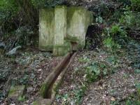 Imatge del dipòsit i la canal de sortida.