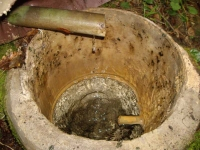 Imatge de l'interior del dipòsit amb el tub d'entrada i el de sortida.