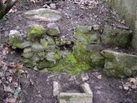 Imatge de la font exterior amb la bassa de sedimentació i la pica.