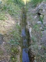 Imatge de la sèquia que porta l'aigua a la masia.
