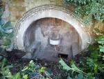 24.12.2014. Imatge del porxo de la font i de l'entrada a la mina.