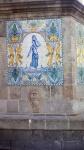 Imatge d'una paret decorada amb un plafó ceràmic.