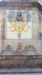Imatge de la paret frontal decorada amb un plafó ceràmic.