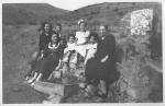 Any 1949.- Foto d'àlbum familiar a la font de la Pineda. Cedida per Montse B., una de les nenes assegudes a la font.