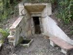 15.10.2011.- Imatge de la pica, del banc i de l'entrada a la mina.