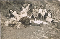1943.- Berenar de família a la Font de la Salamandra - (Foto cedida per Roser Giner)