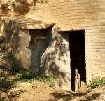 01.02.2020. Imatge de la porta d'entrada i de la font a l'esquerra.