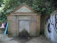 05.11.2005.- Imatge que mostra la construcció on hi ha el frontal de la font.