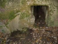 Imatge de l'entrada de la mina. A l'esquerra i a baix hi ha el tub de la font.