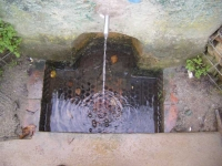 Imatge de la bassa i el tub.