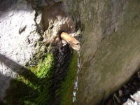 Imatge de l'aigua que sobreexeix de la bassa d'acumulació interior.