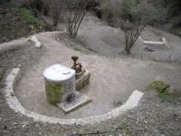 Vista general de l'àrea amb el pou, la font i el safareig.