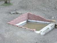 Imatge de la bassa safareig i de la font.