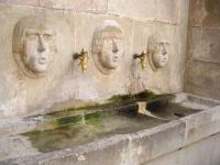 Imatge de les escultures, les aixetes i la pica.