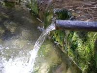 Imatge del tub que raja aigua abundant.