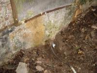 13.10.2008.- Imatge del tub exterior i del reixat d'accés a la mina.