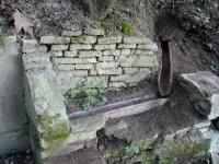 07.03.2009.- Imatge del safareig amb la canaleta que segurament ve de la font.