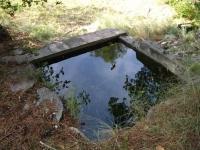 Imatge del dipòsit situat uns metres més avall de la font.