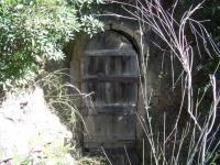 Imatge de la porta d'accés a la mina.