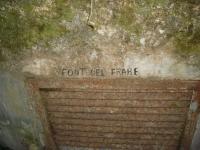 Imatge de la inscripció del nom de la font damunt de la porta.