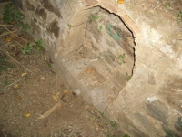 Imatge del tub i de la part on hi havia l'estàtua.