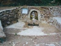 Imatge de la font desprès de la seva reconstrucció. Foto de l'Arxiu Històric de Roquetes- Nou Barris (Autor, Miquel Tormos)