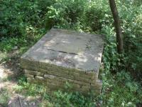 Imatge del pou situat a la llera del torrent, uns metres més amunt.